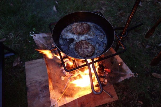 焚き火とスキレットでハンバーグ作り