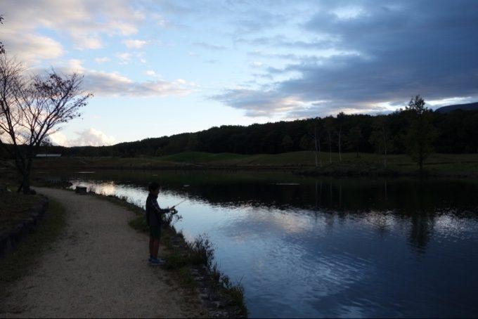 夕暮れ時のレイクレジーナでニジマス釣り