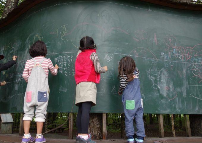 大きな黒板でチョークを使いお絵かき