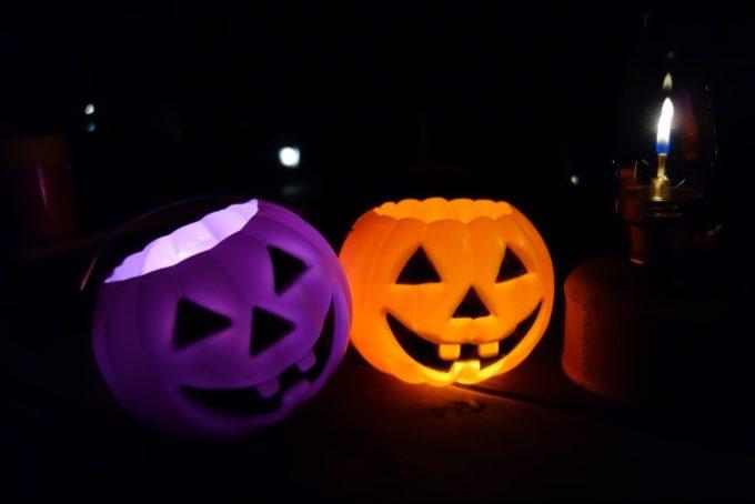 暗闇に怪しく光るジャックオーランタンの玩具