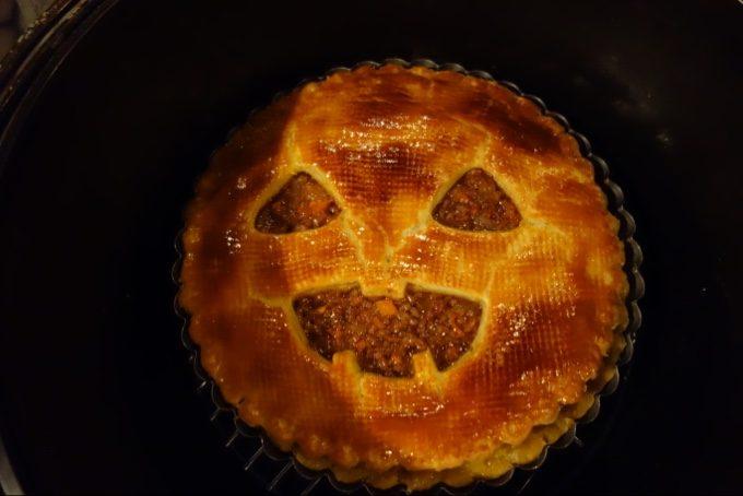 焚き火とダッチオーブンでミートパイ