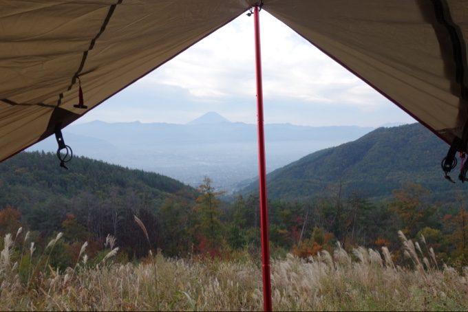 タープの下から眺める富士山と甲府盆地