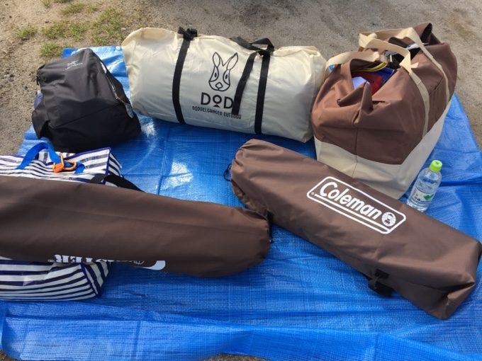 ブルーシートで荷物を広げて設営準備