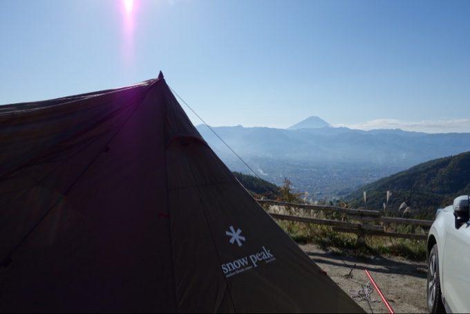 ほったらかしキャンプ場のランドステーションと遠くの富士山