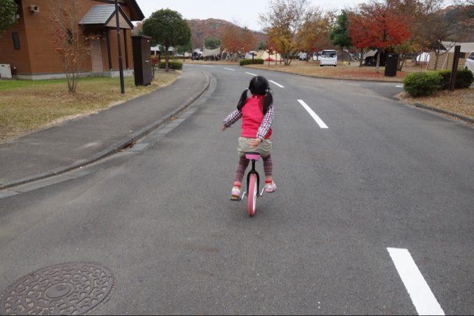 大子グリンヴィラの平坦な道で一輪車を練習