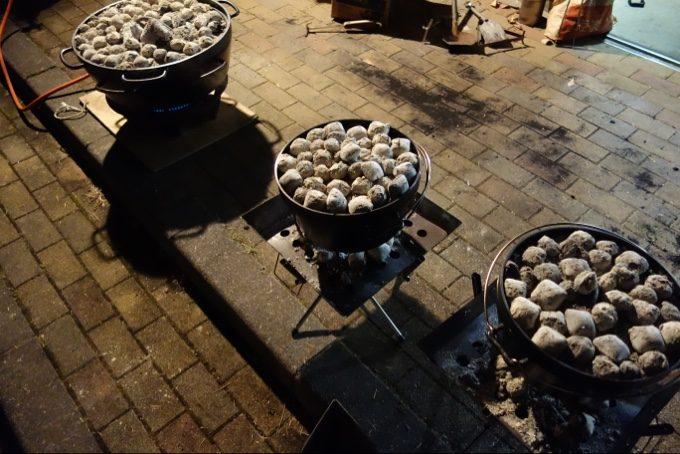 大量のダッチオーブンで焼きリンゴ作り