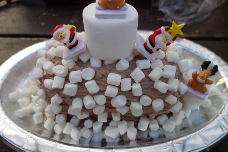 クリスマス用ケーキのデコレーション中