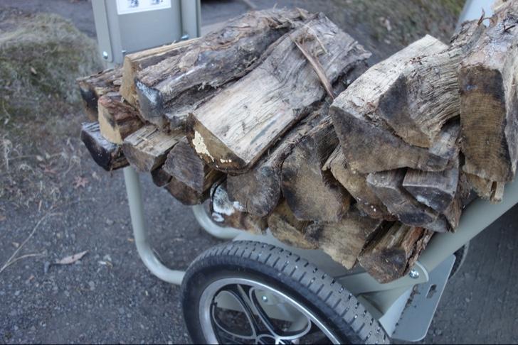 薪ストーブに必要な大量の薪を運ぶ