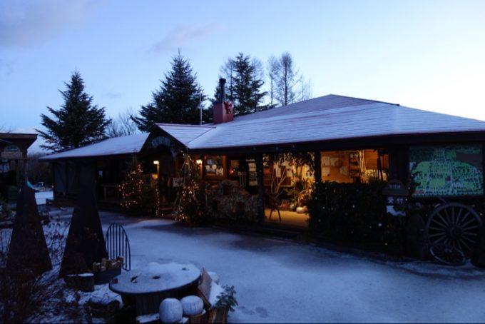 クリスマスイブの夜に雪が降り白くなった管理棟