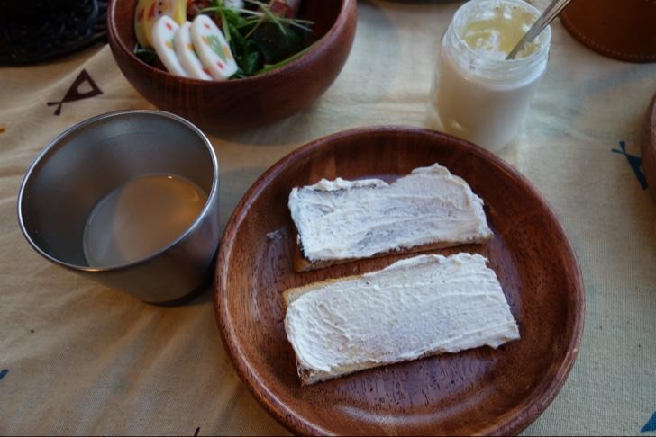 トーストに手作りバターを塗って食べる