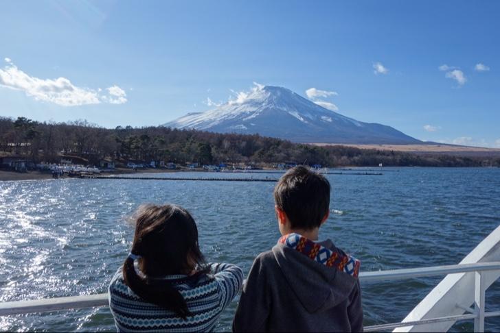 山中湖の遊覧船から富士山を眺める子供達