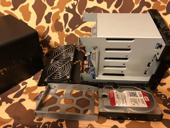 家庭用NASにハードディスクを取り付け中