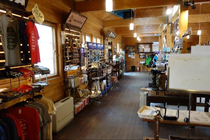 PICA富士西湖の売店は焚火グッズが充実
