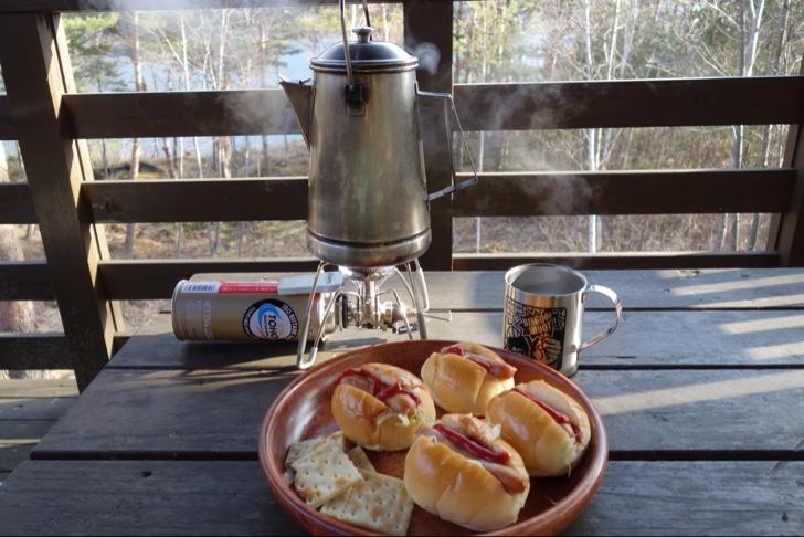 西湖の湖畔でコーヒーを淹れ朝食