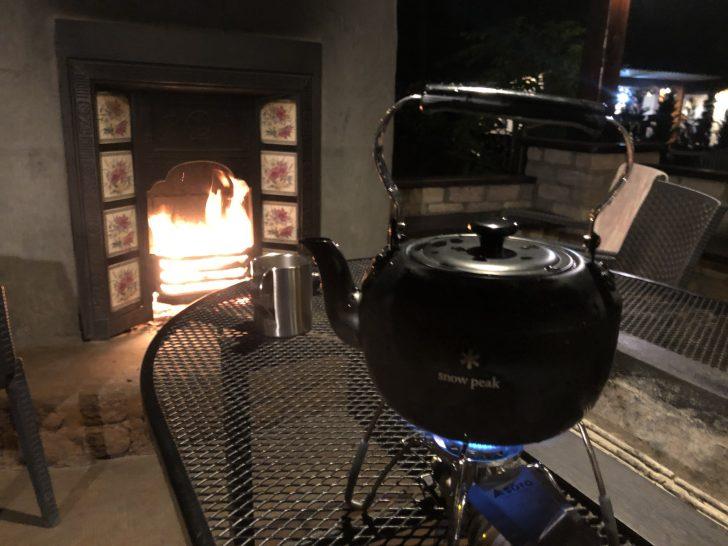 暖炉の前で語らいながらお湯割り用のお湯を沸かす