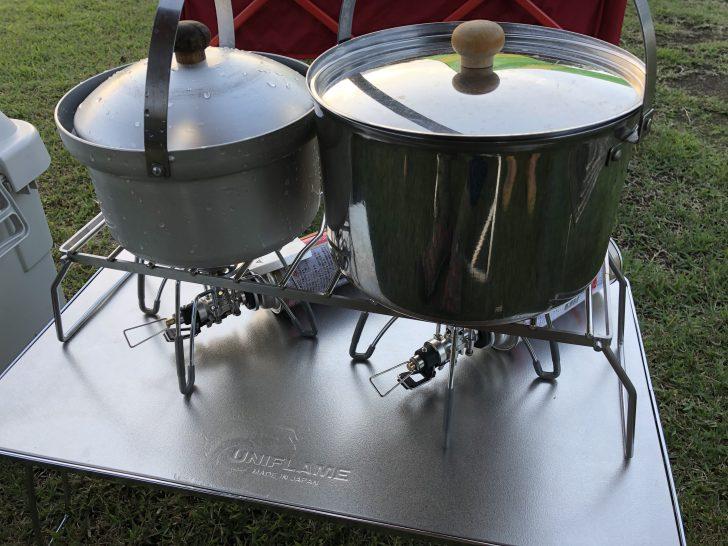 大鍋とライスクッカーを並べて夕飯作り