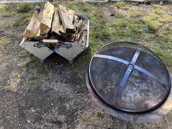 シェルフコンテナを開いて地面に置き薪入れにする