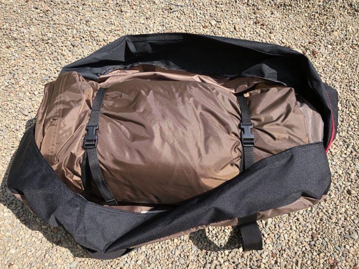 テントを畳むときは収納袋の幅に合わせる