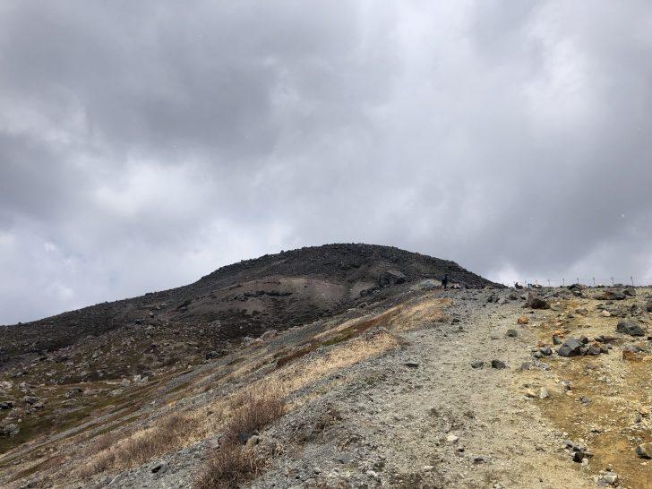 那須岳の登山道から頂上方向を見上げる