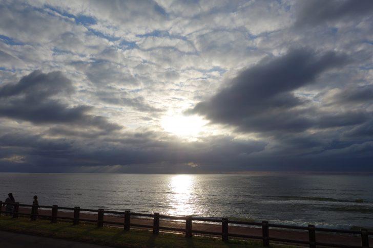 日本海に沈みゆく太陽を眺める
