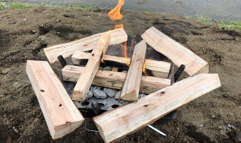 ファイアグリルで井桁を組みつつ薪を乾燥中