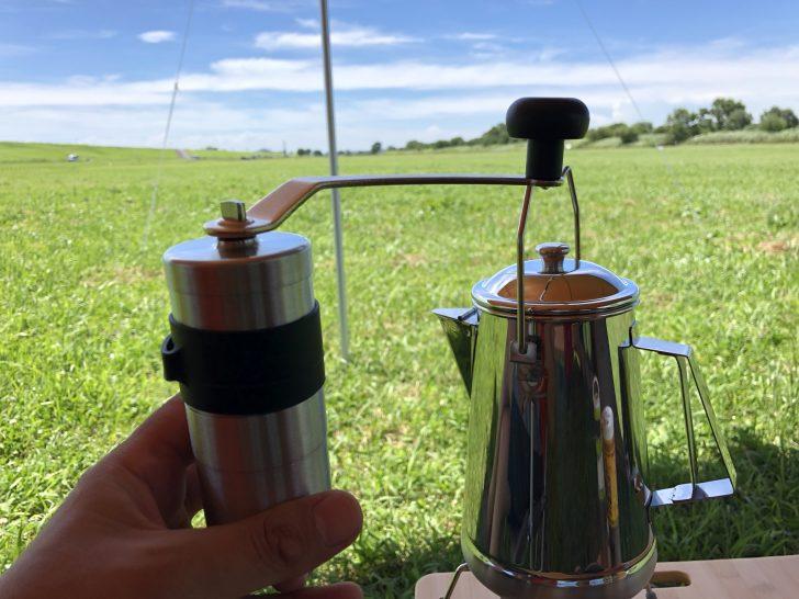 ケトルでお湯を沸かしている間にミルでコーヒー豆を挽く