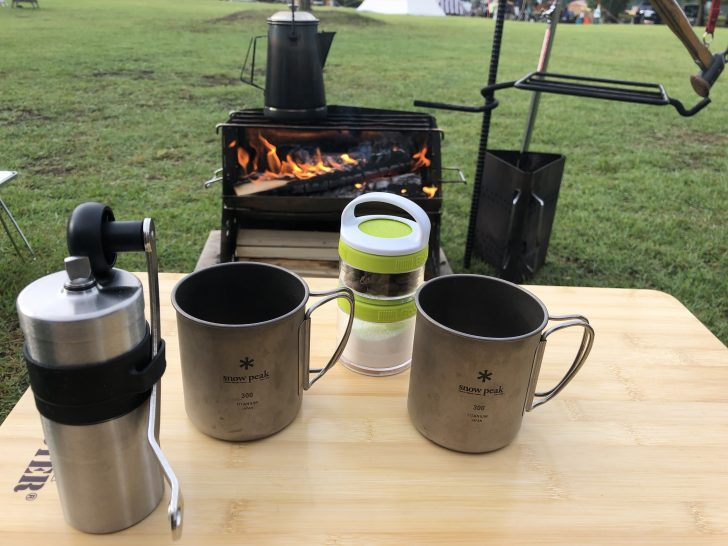 焚き火でお湯を沸かしミルで挽いたコーヒーを淹れる