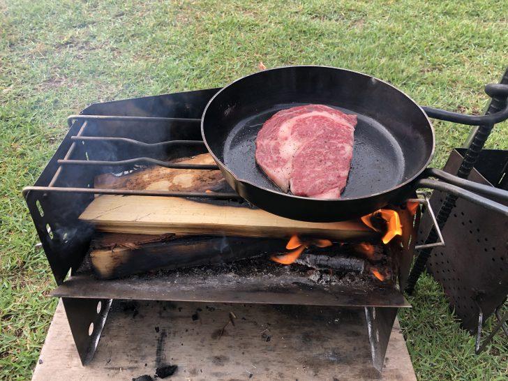 薪グリルとスキレットで朝からステーキを焼く