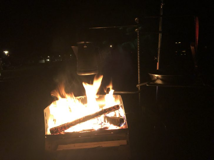 薪グリルのゴトクを使わずに焚き火ハンガーでケトルを吊るす
