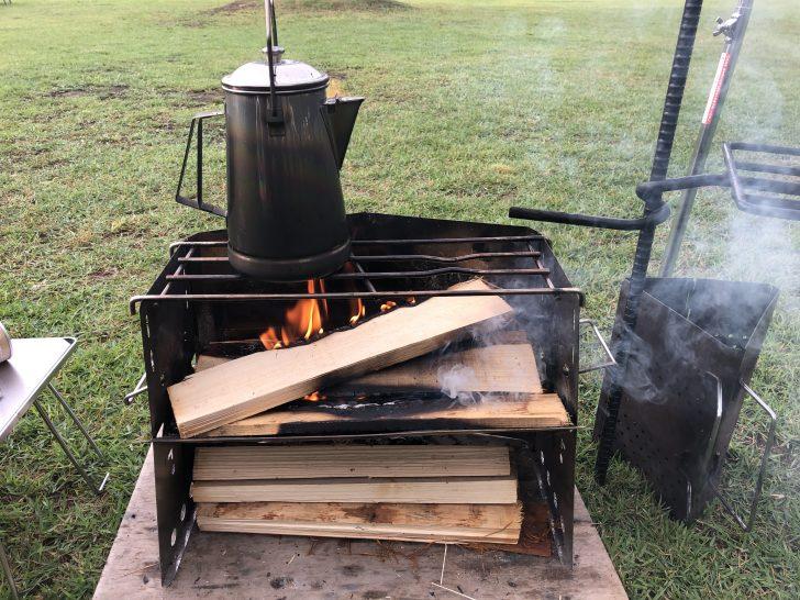 薪グリルで焚き火をしながらお湯を沸かす