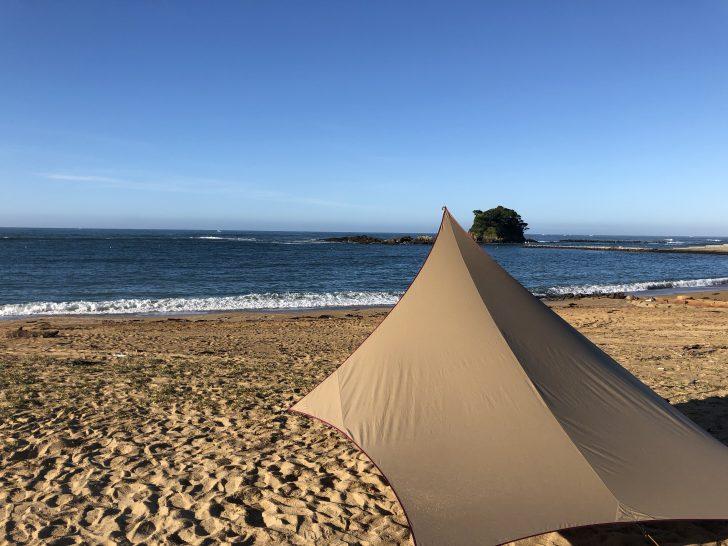 朝早くのあずり浜でムササビウイングを設営