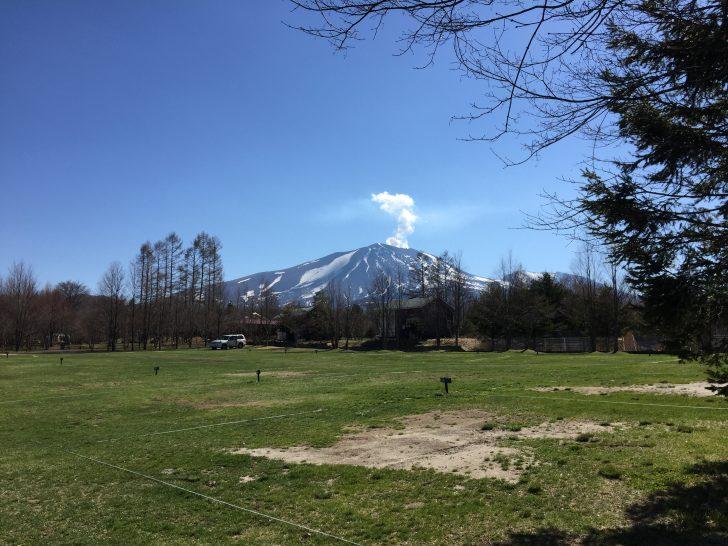 北軽井沢スウィートグラスから眺める噴煙の上がる浅間山