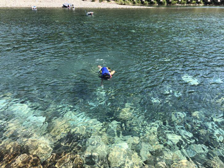 エメラルドグリーンの銚子川ブルー
