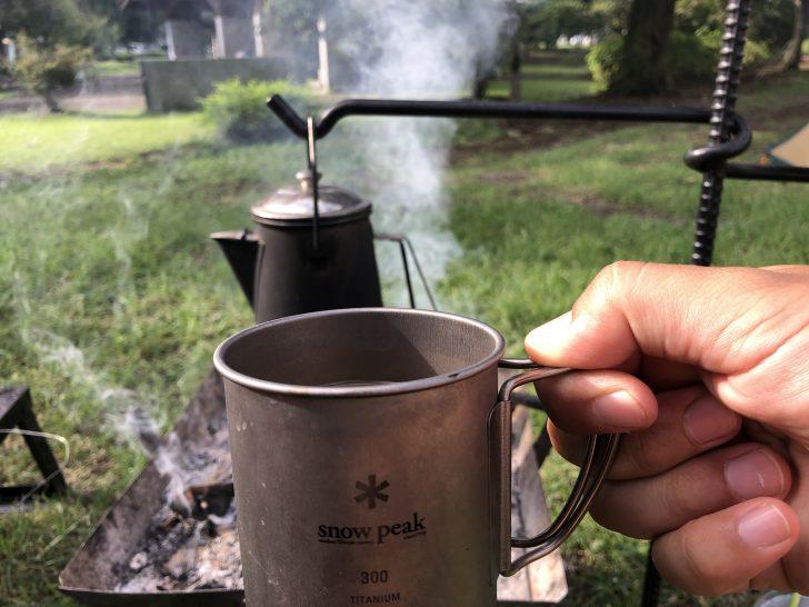 朝から焚き火でお湯を沸かしホットコーヒーを堪能
