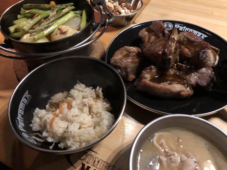 スペアリブと豚汁と炊き込みご飯とロースト野菜など
