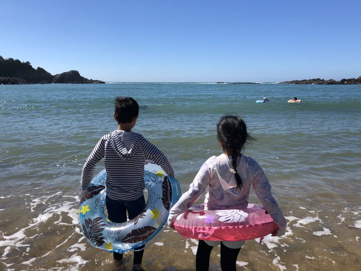 あずり浜海水浴場で水遊び