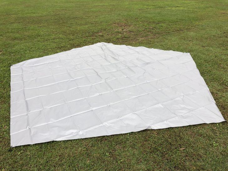 5角形のPVCマルチシートを地面に広げる