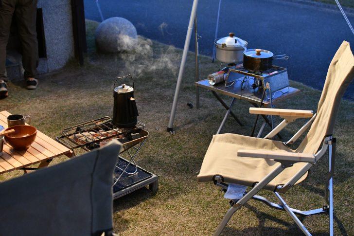 竜洋海洋公園でタープ下で焚き火台を囲む夕べ