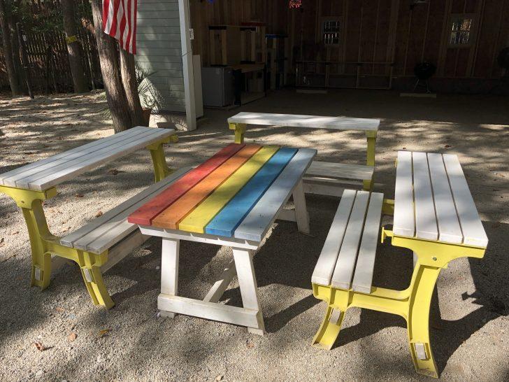 C&C那須高原のガレージサイトにはベンチとテーブルと椅子がある