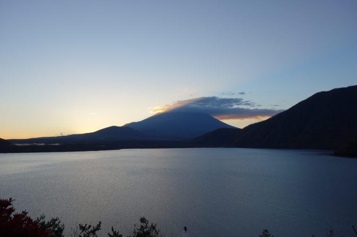 みのぶ観光案内所から眺める本栖湖と富士山