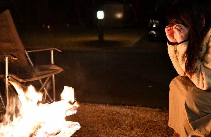 焚き火を手眼鏡で見ると何かが見えるらしい