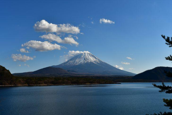 本栖湖越しに眺める富士山が美しい