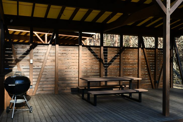PICA Fujiyamaのテントサイトの屋根付きウッドデッキ