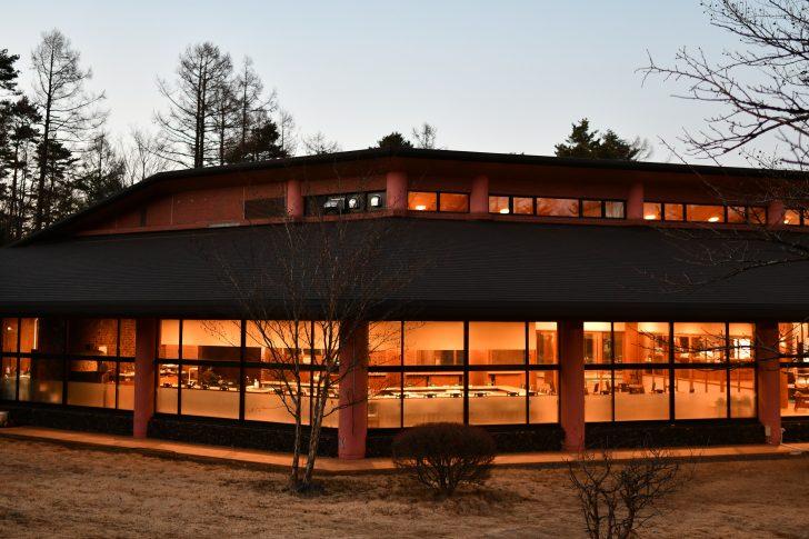 ディナー準備中のPICA Fujiyamaの管理棟