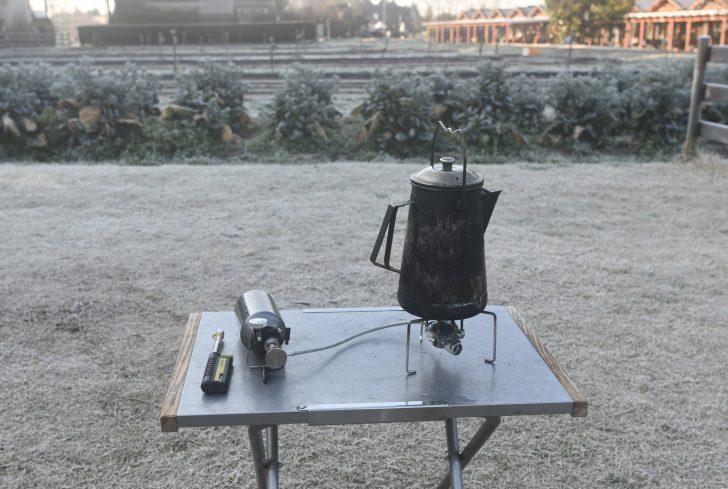 霜の下りたTHE FARMにてMUKAストーブでお湯を沸かす