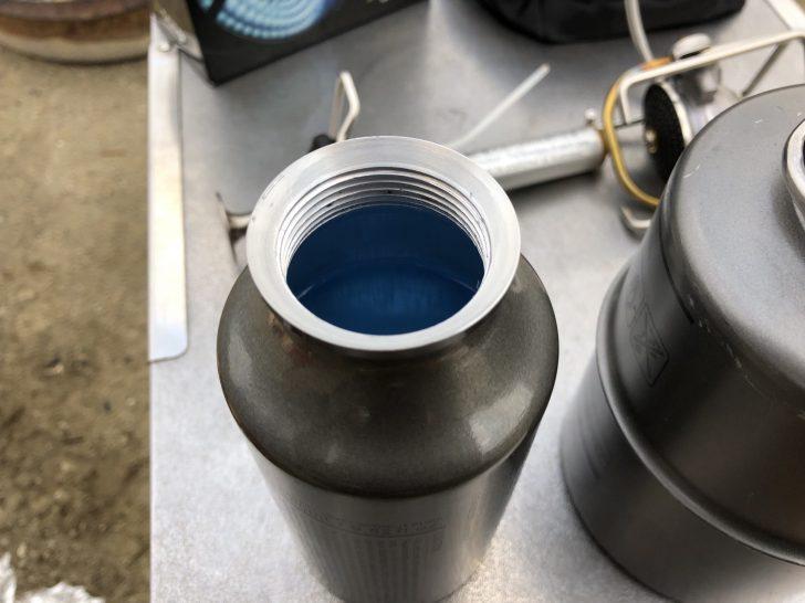 コールマンのホワイトガソリンは青い色が付いている