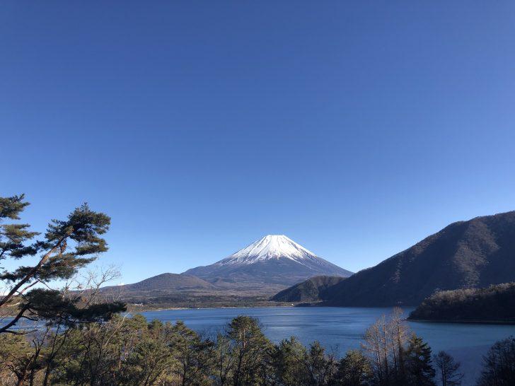 浩庵キャンプ場の管理棟前から撮影した本栖湖と富士山