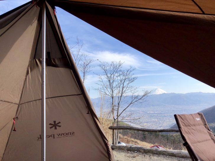ランドステーションの隙間から眺める富士山
