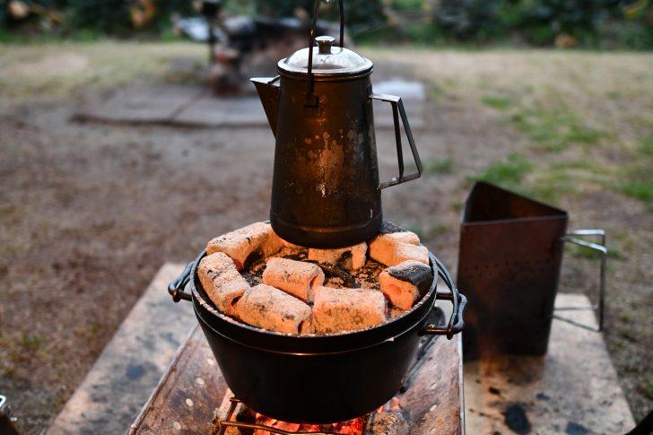 焚火台にダッチオーブンとケトルを乗せる