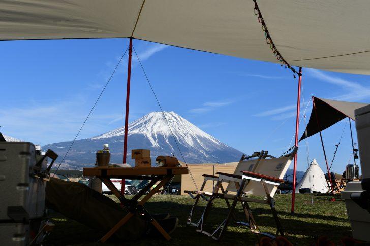 グロッケの中で寝転がりながら富士山を眺める